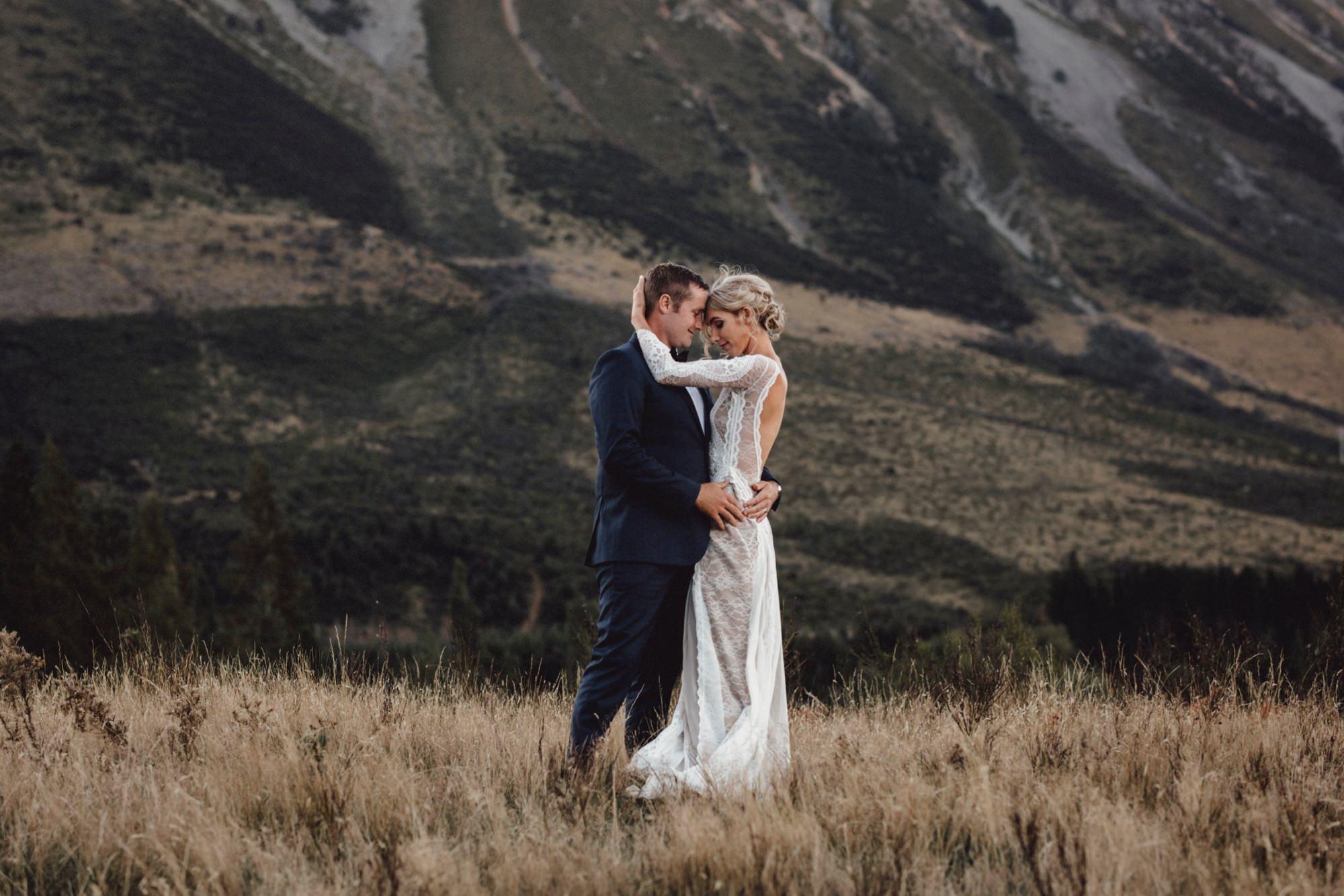 how to pose for wedding photos